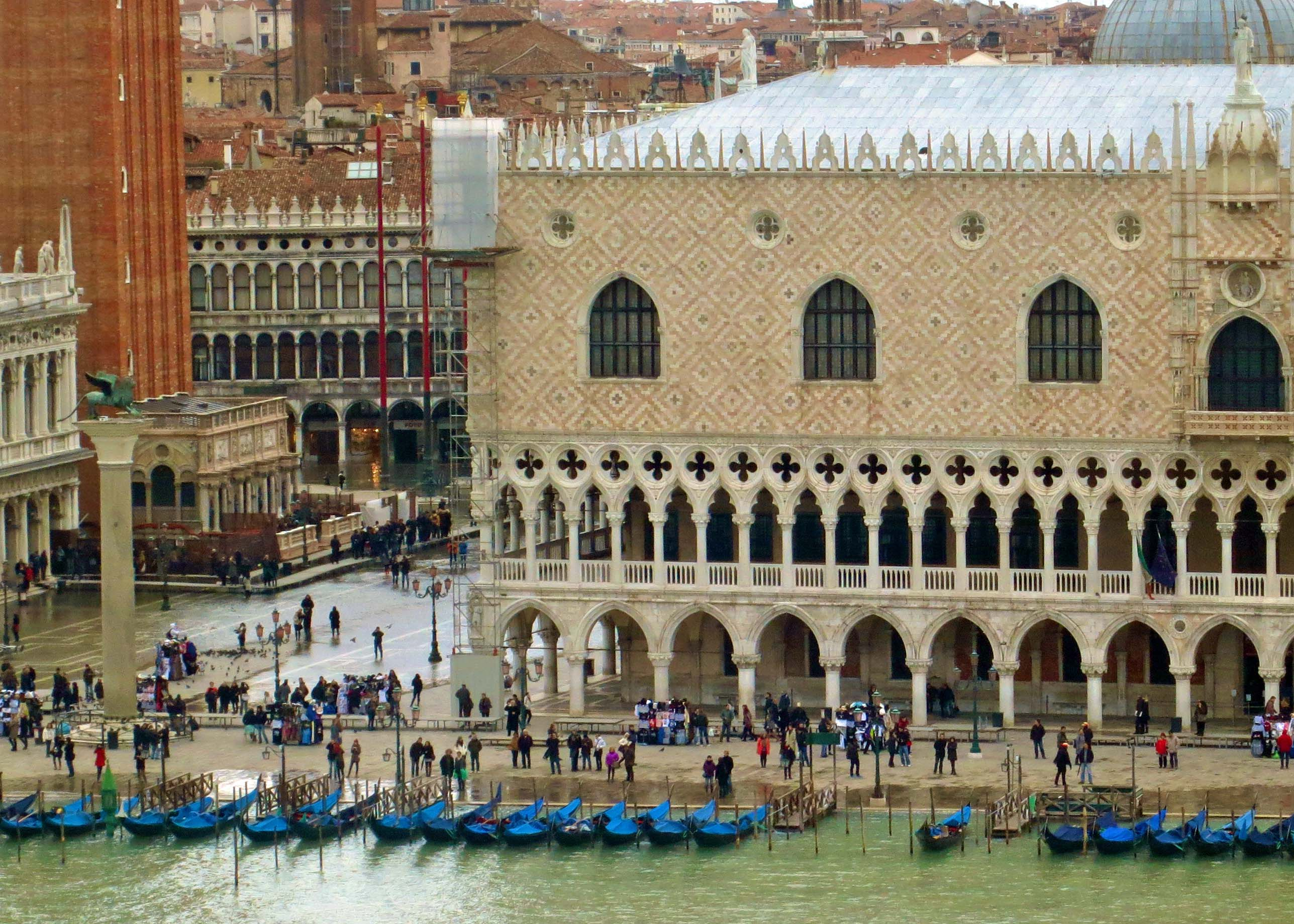 And we arrived. The building on the right is the Doge's Palace. Next to it is the beginning of St. Mark's Square... the center of Venice.