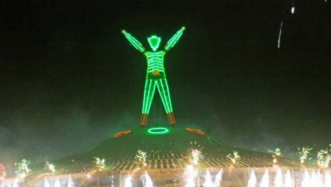 Flying saucer seems to prepare for takeoff at Burning Man 2013.
