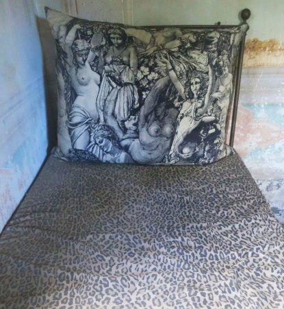 This antique bed with its wild pillow was rather interesting. Wonder if it dated to the days of Richard and Liz?