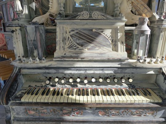 A close up of the organ.