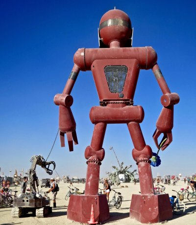 2015 Burning Man robot faces the playa and Medusa