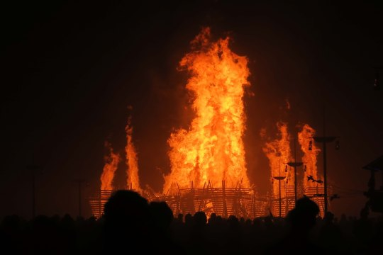 People watch silently as Temple burns at Burning Man 2017